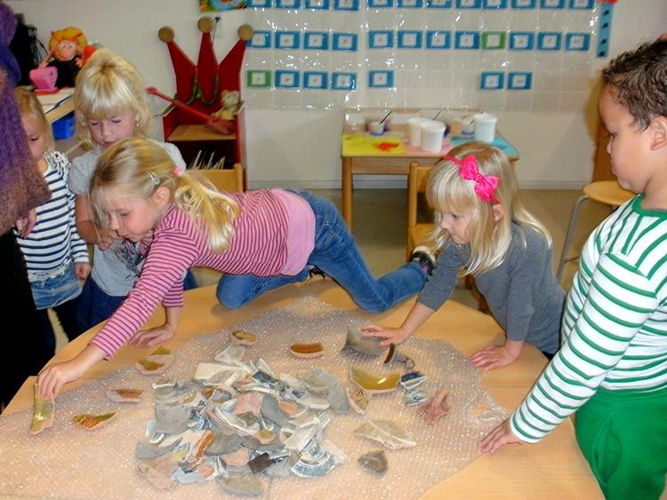kinderen zoeken oude scherven van vazen tijdens de lessenserie BELEG VAN OUD-HAERLEM