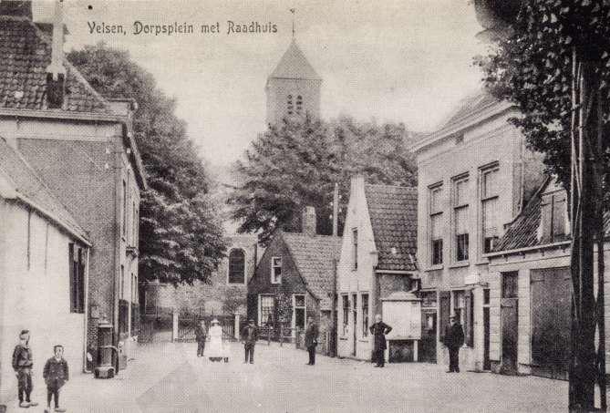 oude foto van Velsen, Dorpsplein met Raadhuis